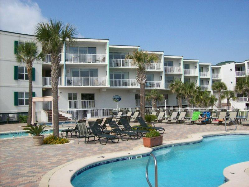 Spectacular Views from your private balcony with Easy Access to the 3 Pools and Beach - The Vue Condominiums - Unit 235 - FREE Wi-Fi - Spectacular Views of the Atlantic Ocean - Swimming Pools - Restaurant - FREE Wi-Fi - Tybee Island - rentals