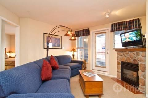 Lovely Bright Living room, with gas fireplace and Flat Screen - Whistler Village 2 bed, 2 Bath Eagle Lodge Unit # 429 - Whistler - rentals