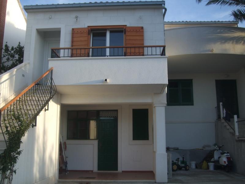 "app.front yard - Supetar, Croatia, apartment ""RICARDO"" - Solin - rentals"