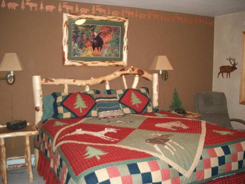 master bedroom - 3 Bed Condo close to the slopes or convention cent - Big Sky - rentals