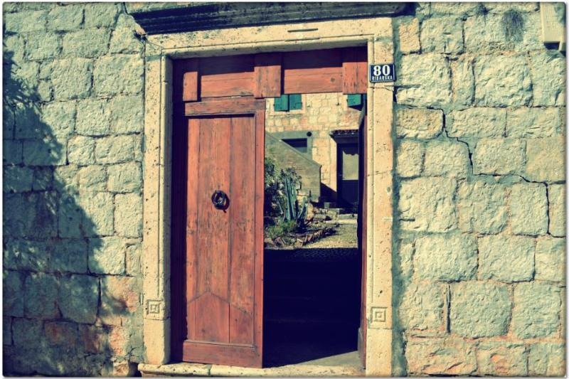 The main entrance at the house and apartment - Peaceful apartment close to the center of Komiža - Komiza - rentals