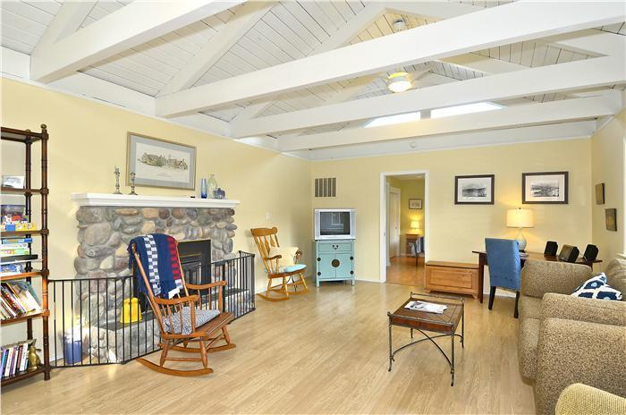 Light, airy living room - Enjoy a peaceful family vacation in Cannon Beach - Cannon Beach - rentals