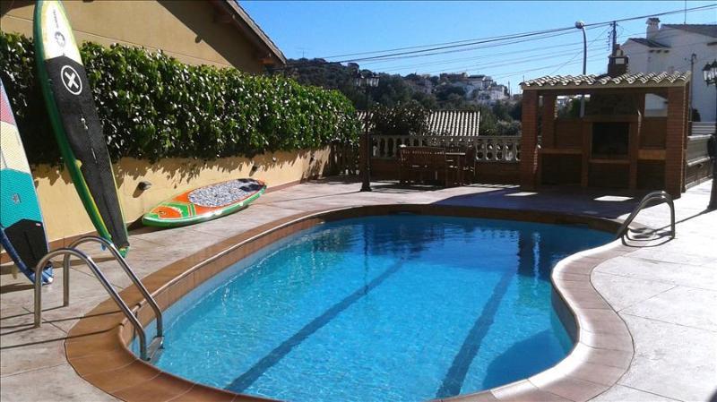 Outstanding 5-bedroom villa in coastal Calafell, just 2km from the beach! - Image 1 - Costa Dorada - rentals