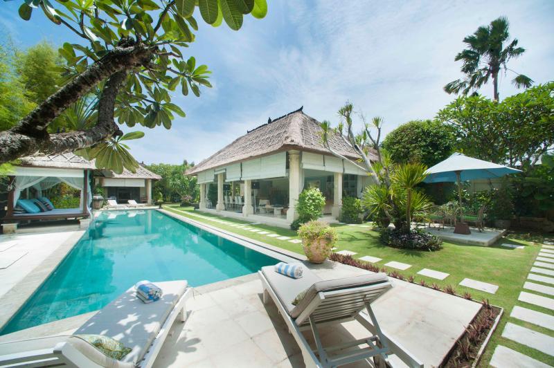 swimming pool and sunbathing area - 3 Bedroom villa Puri Jepun Seminyak - Seminyak - rentals