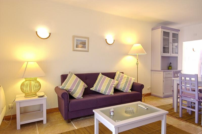 2 BEDROOM APARTMENT FOR 5 NEXT TO THE BEACH IN OLHOS D'AGUA, ALBUFEIRA (2) REF. 134980 - Image 1 - Olhos de Agua - rentals