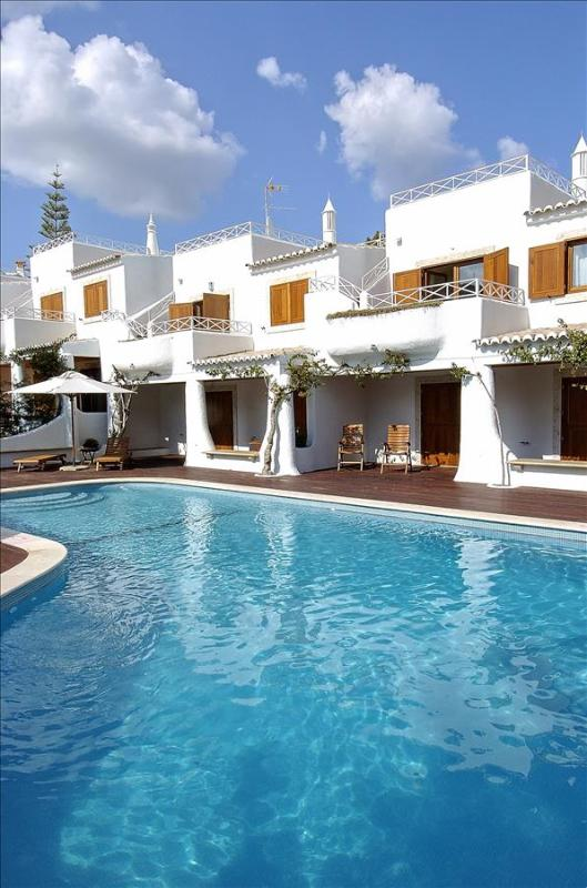 2 BEDROOM APARTMENT FOR 5 NEXT TO THE BEACH IN OLHOS D'AGUA, ALBUFEIRA (7) REF. ALMB135406 - Image 1 - Olhos de Agua - rentals