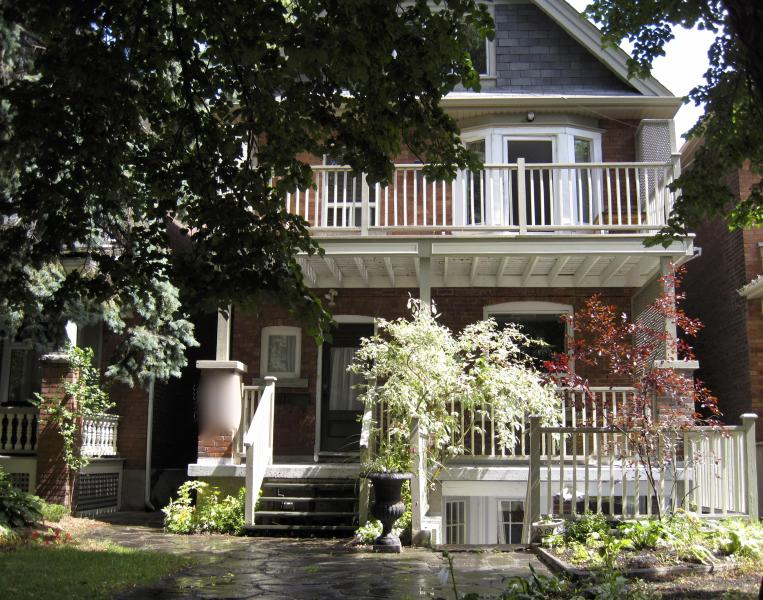 street view of house with private porches and patio - Beautiful 1100SF (100M2)  2 BDRM lower level apt - Toronto - rentals