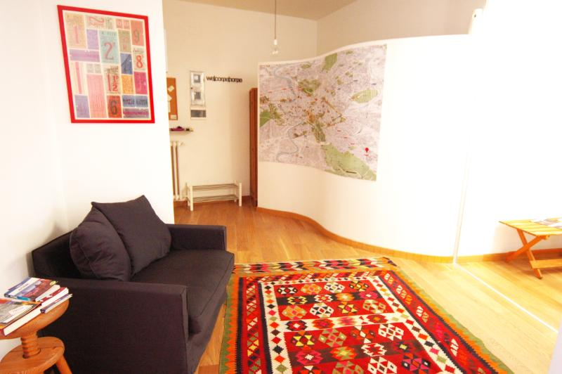 view from the entrance with the map on the curve wall - La casa di Livia - Rome - rentals