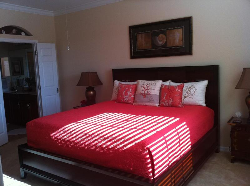 Sun drenched Master Bedroom - Lakefront 3 mins to Gulf Beaches & Historic Venice - Venice - rentals