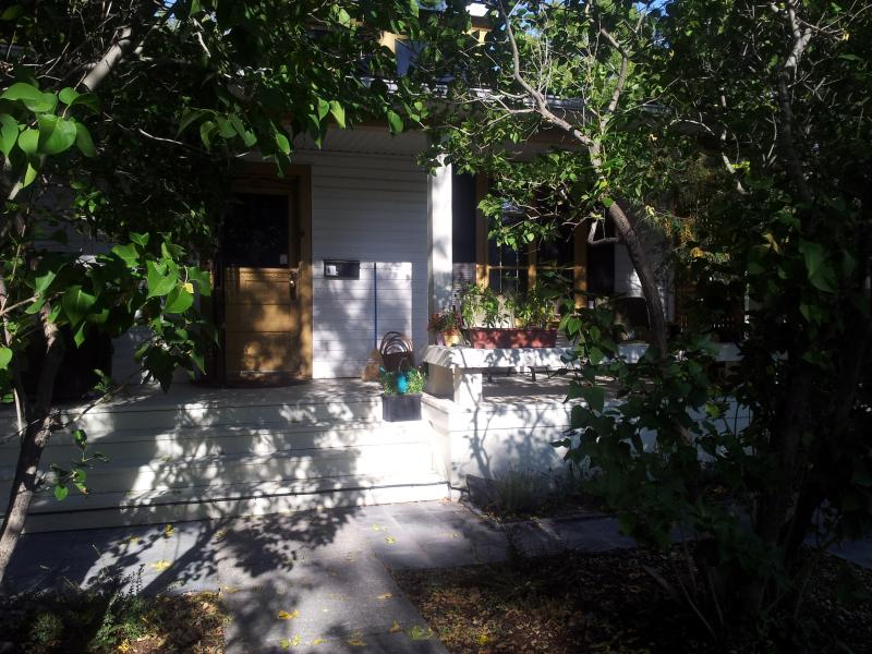 Lovely treed front entrance - Sunny Heights Urban Cottage #2 - Calgary - rentals