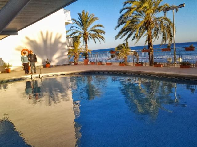 swimming pool right over the board-walk - 9th floor, superb views, ocean-front., pool, 4-6p - Calafell - rentals
