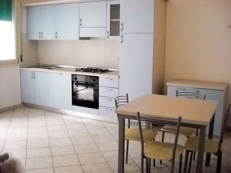 Soggiorno con divano letto e cucina a vista - Trilocale indipendente 6 letto, balcone e giardino - Comacchio - rentals