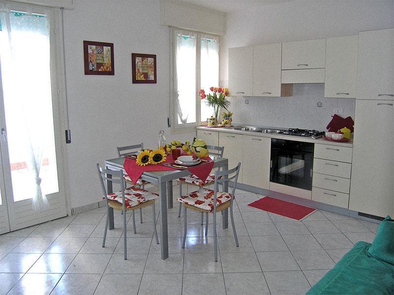 Soggiorno con angolo cottura, divano letto e balcone - Trilocale in Residence ampio Terrazzo - Comacchio - rentals