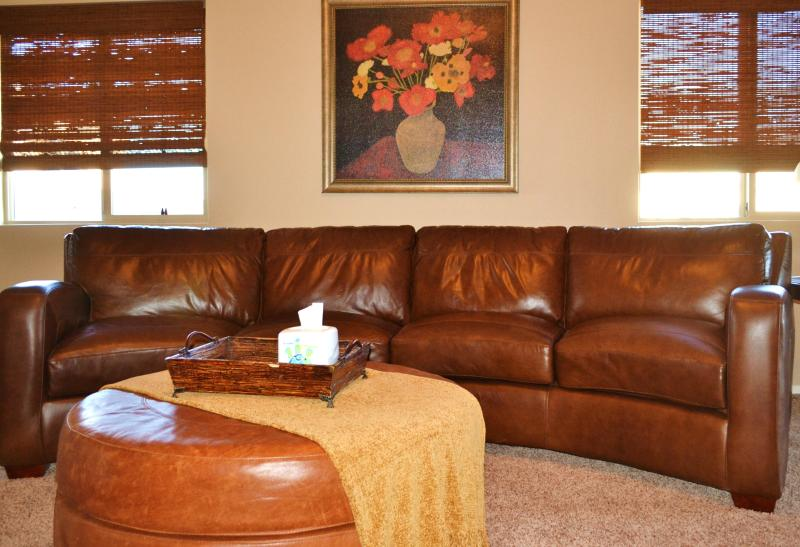 Living Room with large leather sectional - Sparkling (Almost) New Oro Valley Home! - Oro Valley - rentals