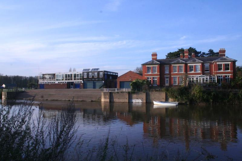 East Friars on the banks for The River Wye, Hereford - Family suite and vintage caravan on River Wye - Hereford - rentals