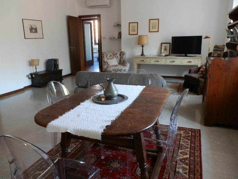living room and table for 4 people - Verona journeys - Emilei - Verona - rentals
