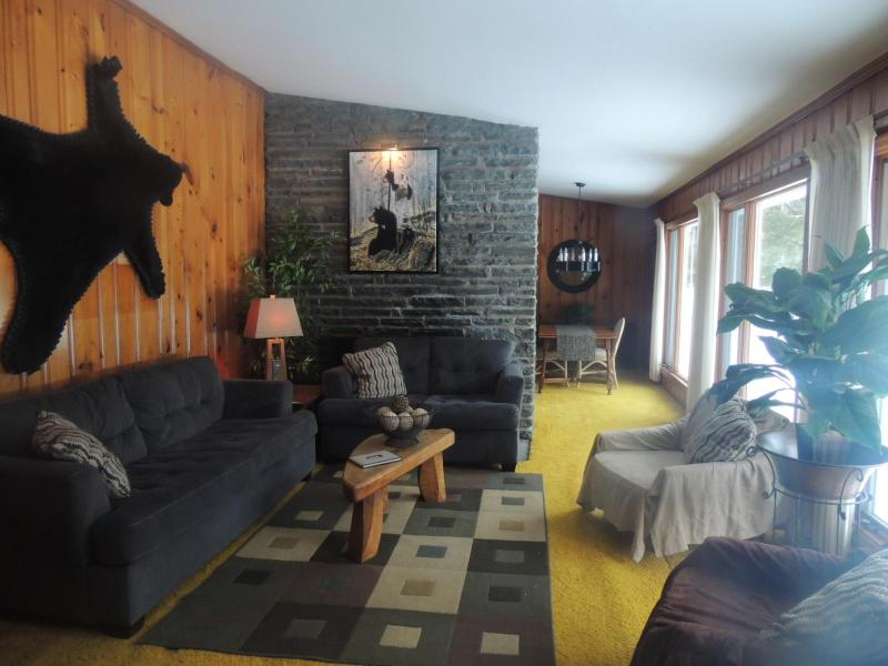 3 huge windows with great view of wooded yard - Pocono BLACK BEAR  Lodge-Minutes from waterparks! - Poconos - rentals