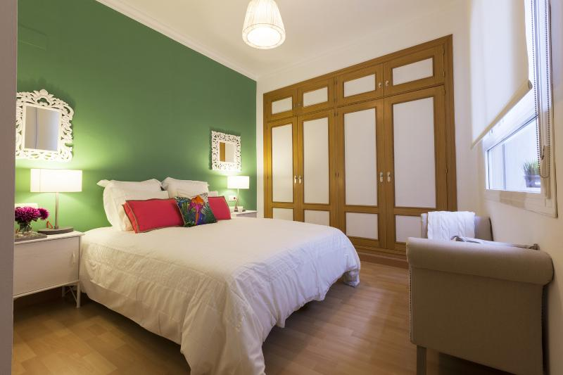 A quiet, spacious bedroom made for a good night's sleep - Modern Apartment Downtown Malaga Near Picasso - Malaga - rentals