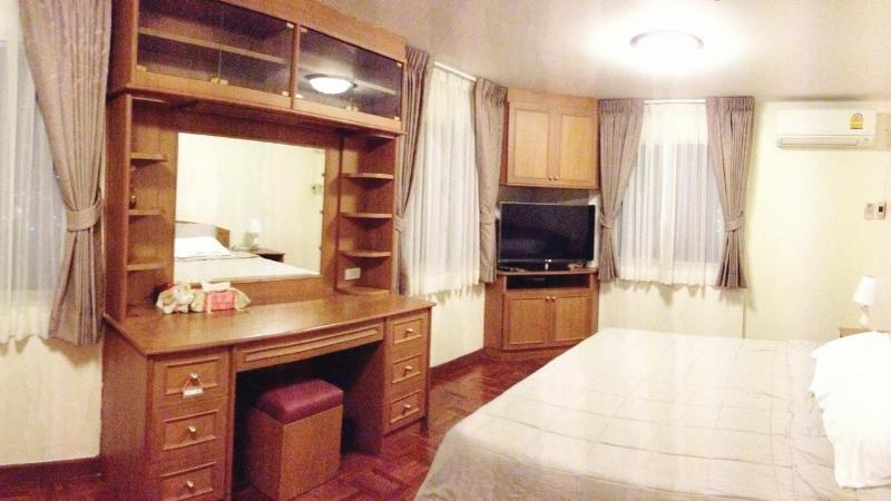 Master Bedroom : with cable TV 40