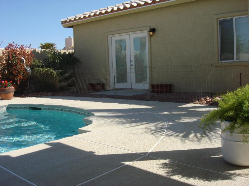 FRENCH DOORS IN BEDROOM OVERLOOKING POOL - CASITA     LUXURY  $90  AUGUST AND SEPTEMBER  ONLY - Las Vegas - rentals