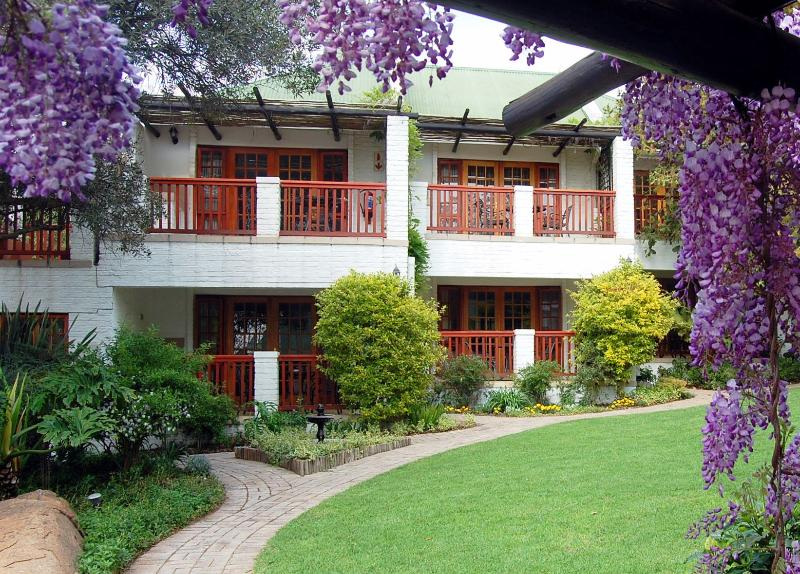 Luxury rooms en-suite with mini-kitchenettes - An award-winning, county-style guest house - Johannesburg - rentals