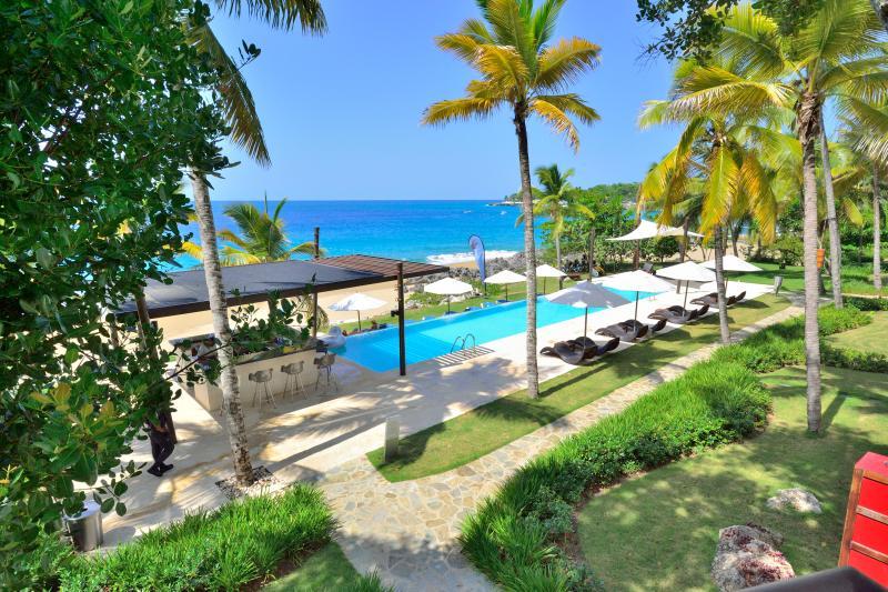 Pool Bar and Ocean - Superlux 1250 sq. ft. in Ocean front condo. - Sosua - rentals