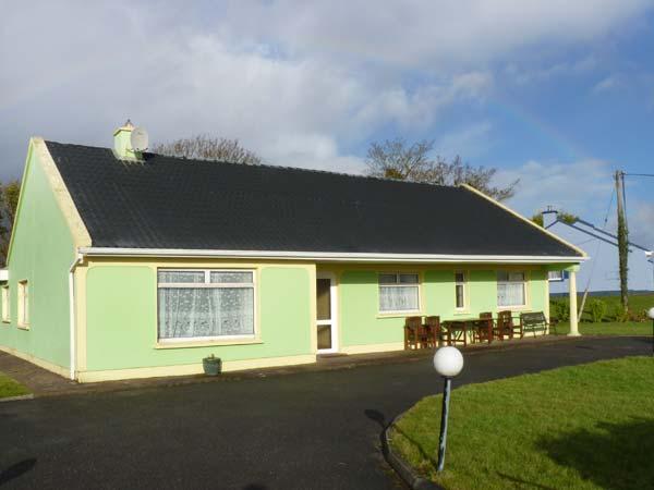 EVERGREEN HOUSE, traditonal, detached cottage, solid fuel stove, en-suites, pet-friendly, near Killorglin, Ref 903767 - Image 1 - Caragh Lake - rentals