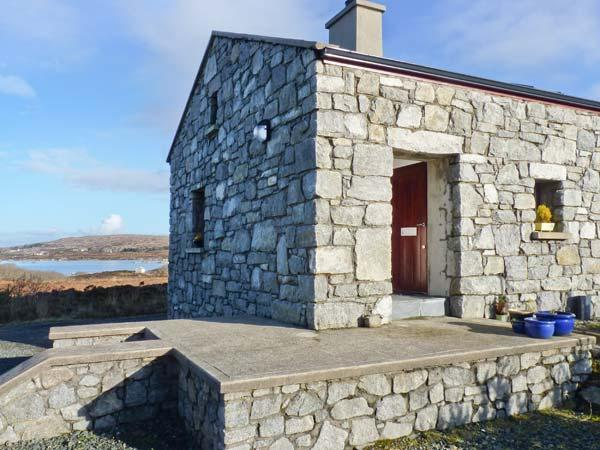 MEENMORE, pet-friendly, en-suite, Sky TV, lovely loughside cottage near Dungloe, Ref. 904734 - Image 1 - Dunglow - rentals