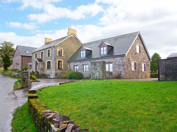 TYMAWR COACH HOUSE, detached cottage, en-suites, wonderful Brecon Beacon views, off road parking, in Llangorse, Ref 905020 - Image 1 - Llangorse - rentals