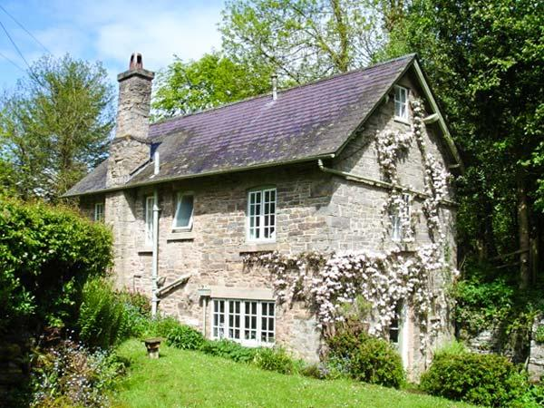 CROSSING COTTAGE, WiFi, pets welcome, riverside location, detached cottage near Kington, Ref. 905116 - Image 1 - Kington - rentals