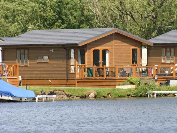 LAKESIDE LODGE, detached timber lodge, single-storey, en-suite, hot tub, on-site facilities, in Tattershall, Ref 905227 - Image 1 - Tattershall - rentals