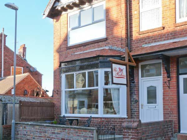 THE ROBINS, en-suite, pet-friendly, enclosed courtyard, close to amenities, in Filey, Ref. 906087 - Image 1 - Filey - rentals