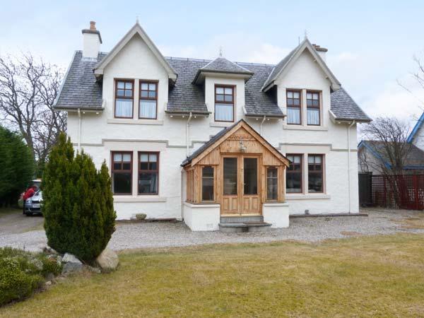GLENCANISP, detached family cottage with en-suite, stoves, sun rooms, garden, in central Aviemore, Ref 904899 - Image 1 - Aviemore - rentals