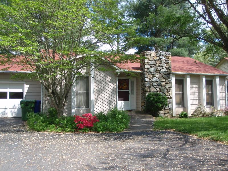 Lovely Home with 1 Car Garage and parking - Beautiful Ranch Home near Lake in Asheville - Asheville - rentals