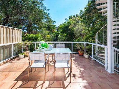 courtyard/balcony which leading to lush backyard - Spacious semi 500m to surf + parking - Bondi - rentals