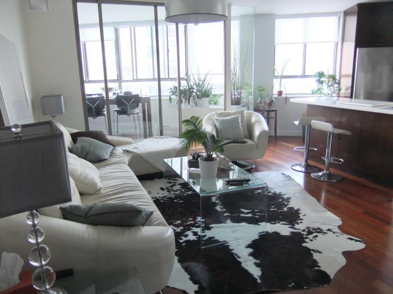 Living Room - HIGH END, DOWNTOWN LAKEFRONT CONDO 2 BEDROOM + DEN - Toronto - rentals