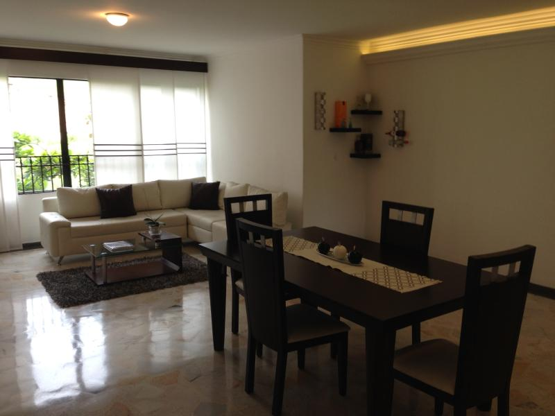 Living Room + Dining Room L shaped leatherette white sofa - Luxury Apartment Near El Peñon and Granada - Cali - rentals