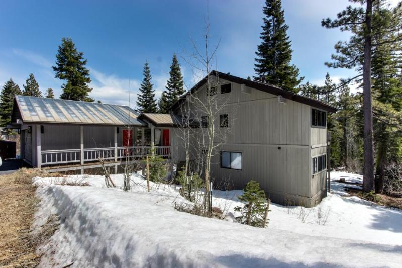 Ski-in/ski-out apartment with jetted tub & three bedrooms! - Image 1 - Tahoe City - rentals