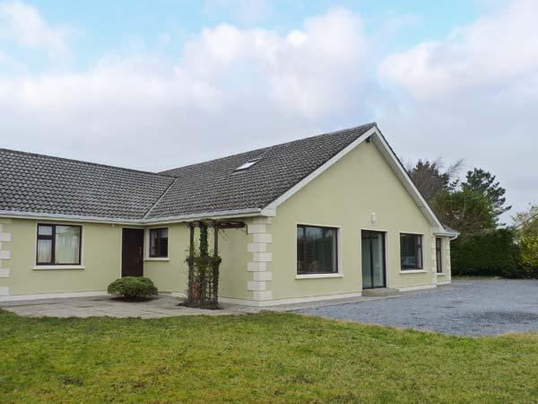 LAKELANDS, detached house near lake, open fire, garden, Moycullen Ref 906706 - Image 1 - Moycullen - rentals