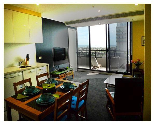 Dining-Living Room - Great views, clean and close to everything - Melbourne - rentals
