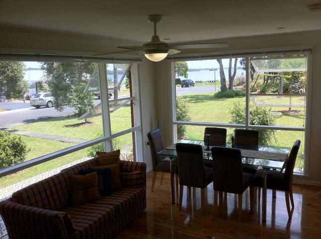 Gerohn House Pet friendly accomodation by the lake - Image 1 - Culburra Beach - rentals