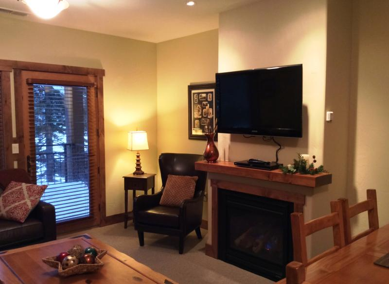 Living Room with gas fireplace and large flat screen t.v. - 3 bed / 2 bath Condo at Whitefish Mountain Resort - Whitefish - rentals