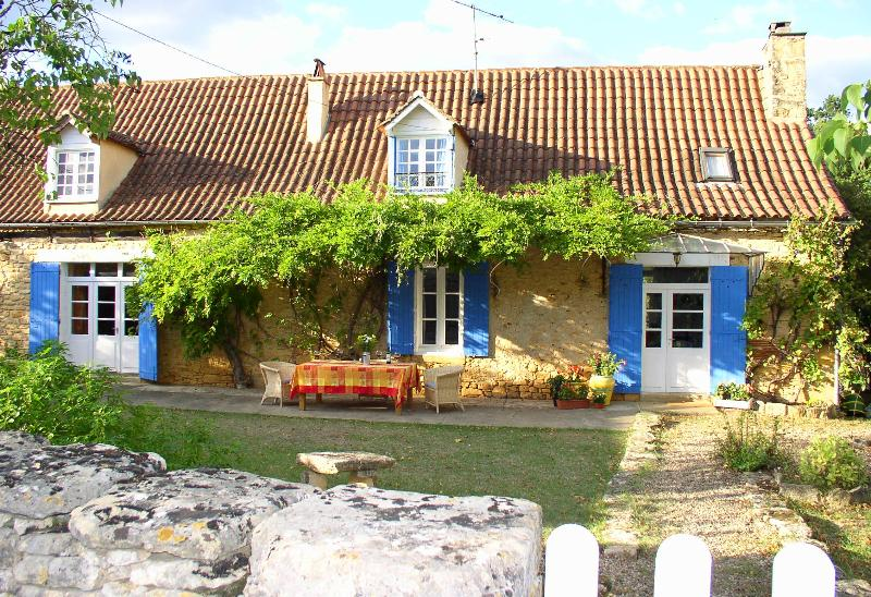 Les Volets Bleus - Restored Country Farmhouse with huge Pool & Garden - Tremolat - rentals