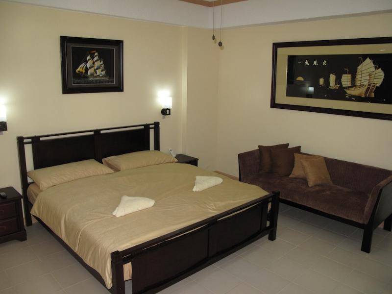 Bedroom with King Size Bed - Elegant 1Br. Suite Central Makati (1602) - Makati - rentals