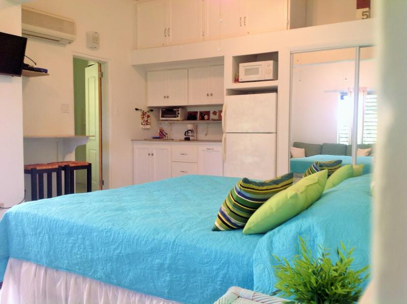 King size bed with flat screen cable tv - Studio in Pelican Key Paradise - Simpson Bay - rentals
