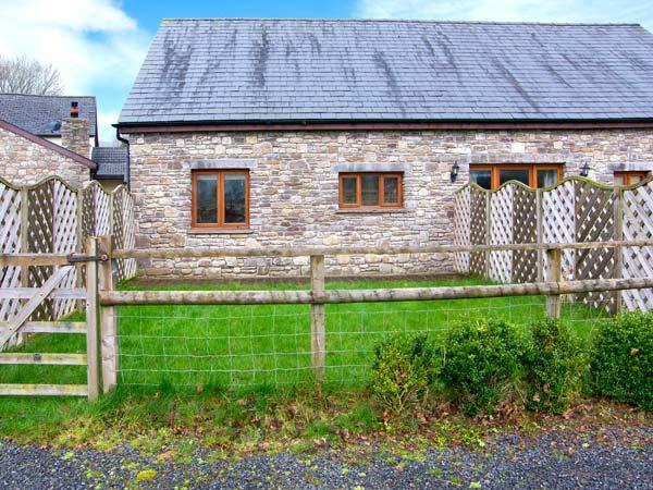 RIVERSIDE BARN, stylish cottage with garden, paddock, games room, close walking, Gilwern Ref 905876 - Image 1 - Gilwern - rentals