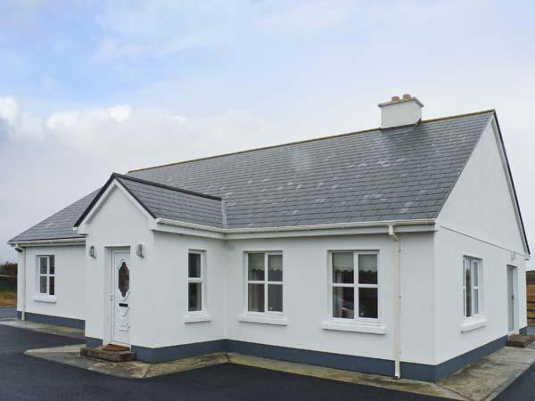 CORAL STRAND, detached cottage, all ground floor, short walk from a coral beach, in Ballyconnelly, Ref 906512 - Image 1 - Ballyconneely - rentals