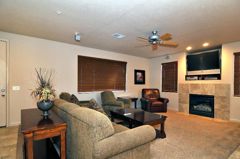large livingroom with room for an Aerobed (provided) - Las Palmas Resort Poolside Bottom Level End Unit - Saint George - rentals