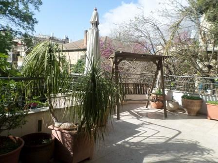 Beautiful large balcony with wooden swing seat. Perfect for enjoying your morning coffee! - Perfect location, quiet green area large apartment - Jerusalem - rentals
