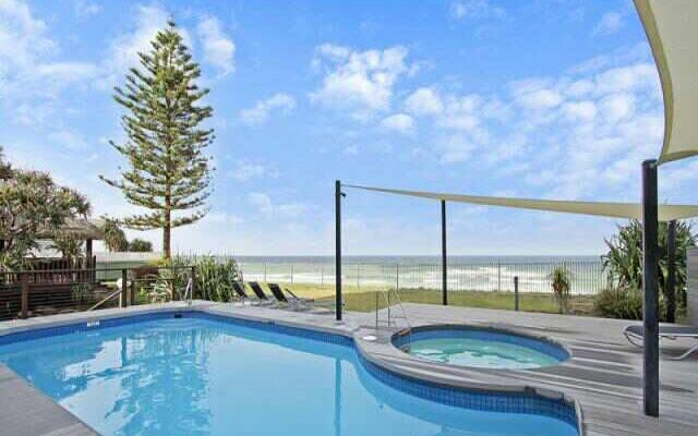 BEACH FRONT 2 bed unit. Pool & Spa. - Image 1 - Main Beach - rentals